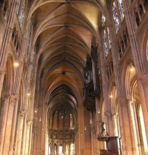 Intérieur de la cathédrale de Chartes à trois niveaux, v. 1200-1210.